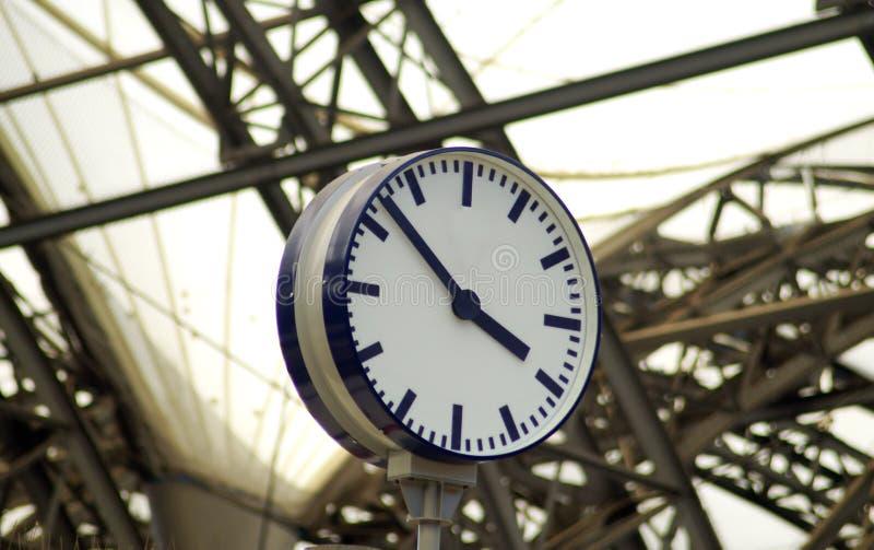 Openbare uitstekende klok op een spoorwegpost stock foto's