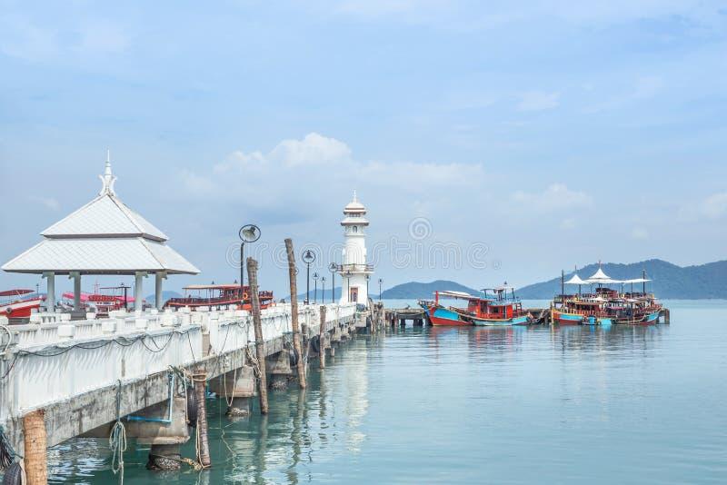 openbare witte vuurtoren op pijler van de visserijdorp van Klapbao met vissersboten die in Koh Chang Island, Trat, Thailand vastl royalty-vrije stock afbeeldingen