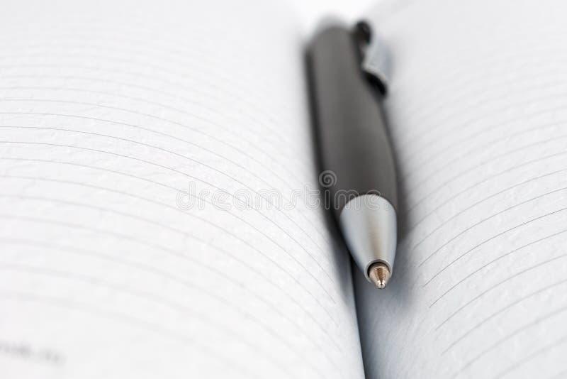 Opened alinhou o diário com uma pena de bola imagens de stock