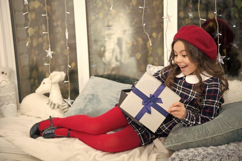 Openingskerstmisgift Kleine leuke meisje ontvangen vakantiegift Beste Kerstmisgiften Kind over het uitpakken van haar wordt opgew stock afbeeldingen