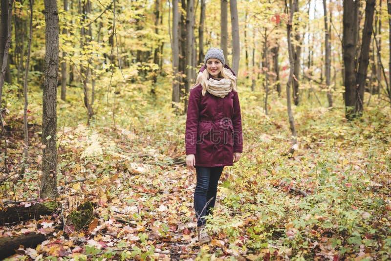 Openlucht atmosferische levensstijlfoto van jonge mooie dame royalty-vrije stock fotografie