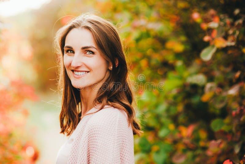 Openlucht atmosferische levensstijlfoto van jonge mooie dame Bruine haar en ogen de herfst, portret stock foto's