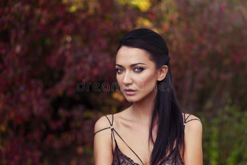Openlucht atmosferische levensstijlfoto van jonge mooie dame Het zwarte haar andgreen ogen De warme herfst De warme lente royalty-vrije stock afbeelding
