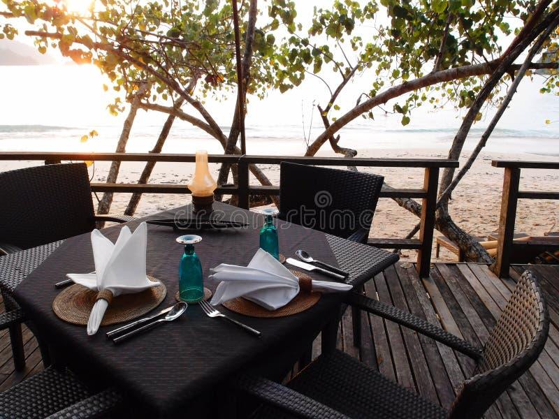 Openlucht beachfront het dineren toevluchtrestaurant stock foto's