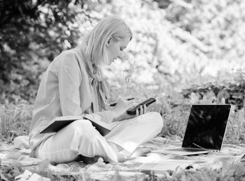 In openlucht beherend zaken De vrouw met laptop zit grasweide Het bedrijfsdame freelance werk in openlucht Word succesvol royalty-vrije stock afbeeldingen