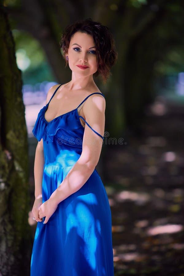 In openlucht charmerend jonge vrouw stock foto