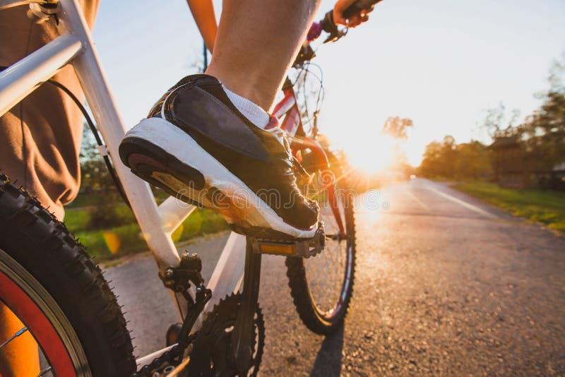 In openlucht cirkelend, sluit omhoog van de voeten op fiets stock foto's