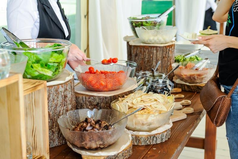 Openlucht de barcatering van de Keuken Culinaire salade De groep mensen alles bij elkaar u kan eten Het dineren de Partijconcept  royalty-vrije stock fotografie