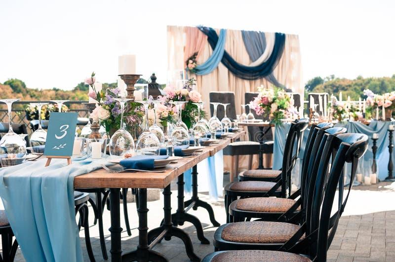 Openlucht de decoratieopstelling van de huwelijksgebeurtenis, zonnige de zomerdag stock foto