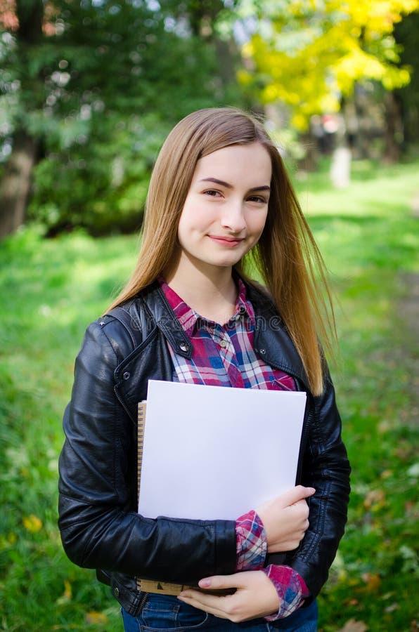 Openlucht de holdingsboeken van het tienermeisje stock fotografie