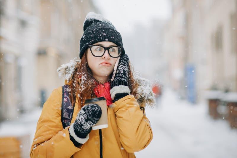 In openlucht de winterportret van het mooie tiener spreken op de telefoon royalty-vrije stock foto