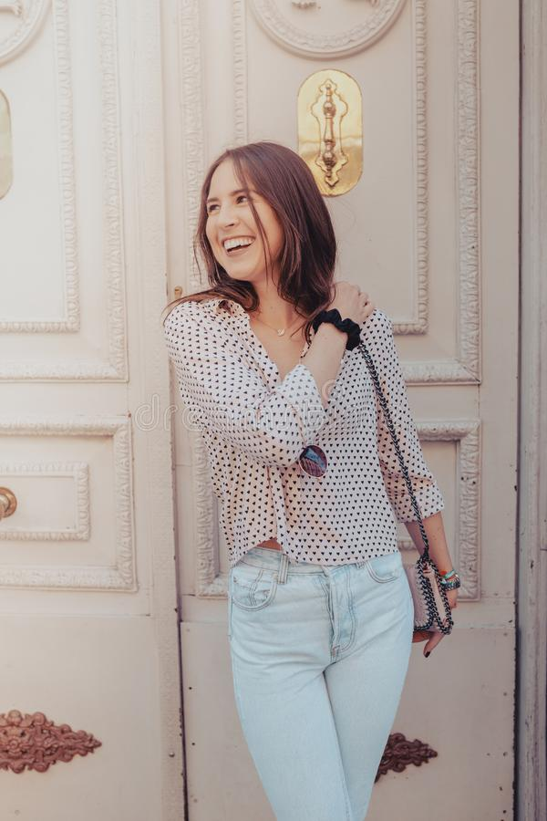 Openlucht de zomer het glimlachen levensstijlportret van vrij jonge vrouw dichtbij aan de oude deur die pret in de stad van Madri stock afbeeldingen