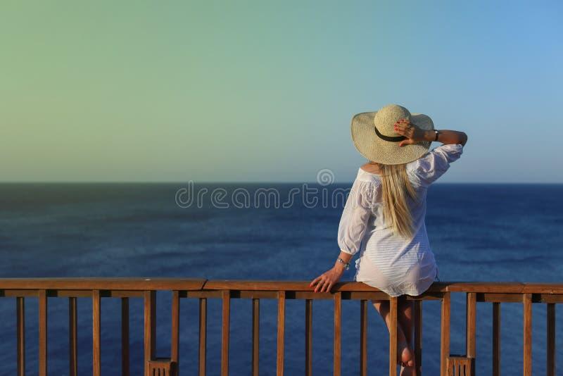 Openlucht de zomerportret van het jonge mooie vrouw kijken aan het overzees royalty-vrije stock afbeeldingen
