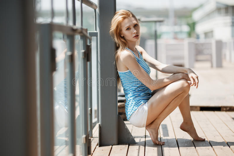 Openlucht de zomerportret van modieuze vrouw in aardige kleding royalty-vrije stock fotografie