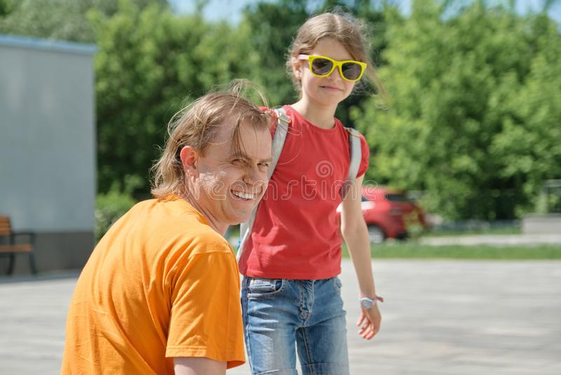 Openlucht de zomerportret van vader en dochter, gelukkige glimlachende papa met kind stock foto