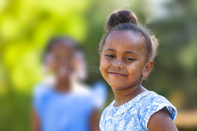 Openlucht dicht omhooggaand portret van een leuk jong zwart meisje - Afrikaans p royalty-vrije stock fotografie