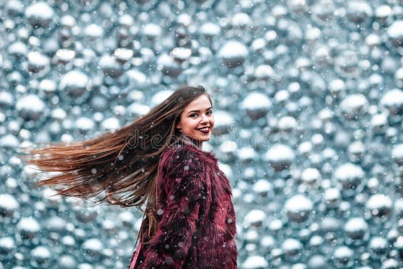 Openlucht dicht omhooggaand portret van jong mooi meisje met het lange haar stellen in straat van Europese stad Kerstmis, de wint stock foto's