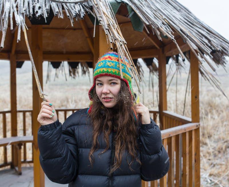 Openlucht dicht omhooggaand portret van jong mooi meisje met lang haar die hoed, Kerstmis, het concept van de de wintervakantie d royalty-vrije stock foto