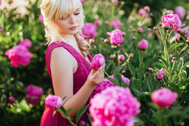 Openlucht dicht omhooggaand portret van mooie jonge vrouw in de bloeiende tuin Het vrouwelijke concept van de de lentemanier stock fotografie