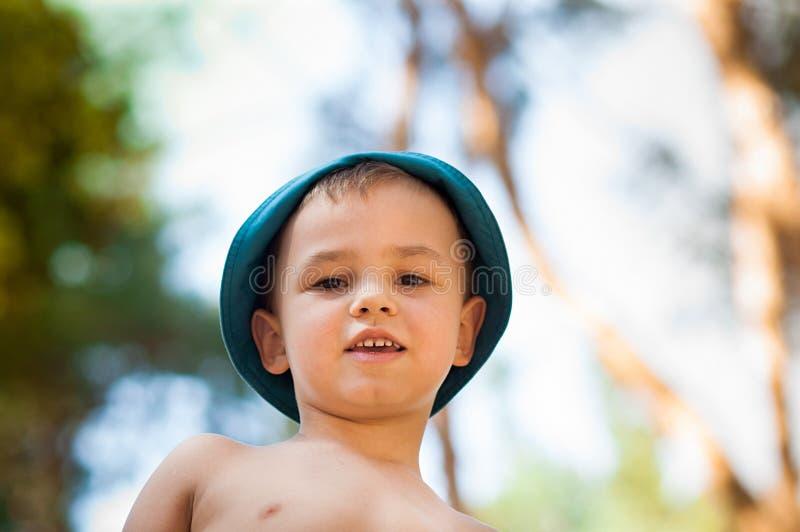 Openlucht dicht omhooggaand portret van weinig jongen in een hoed Achtergrond, één persoon, kind, jaar 4-5 het oude, gelukkige sm royalty-vrije stock fotografie