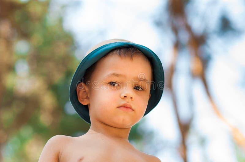 Openlucht dicht omhooggaand portret van weinig jongen in een hoed Achtergrond, één persoon, kind, 4-5 jaar oud royalty-vrije stock foto's