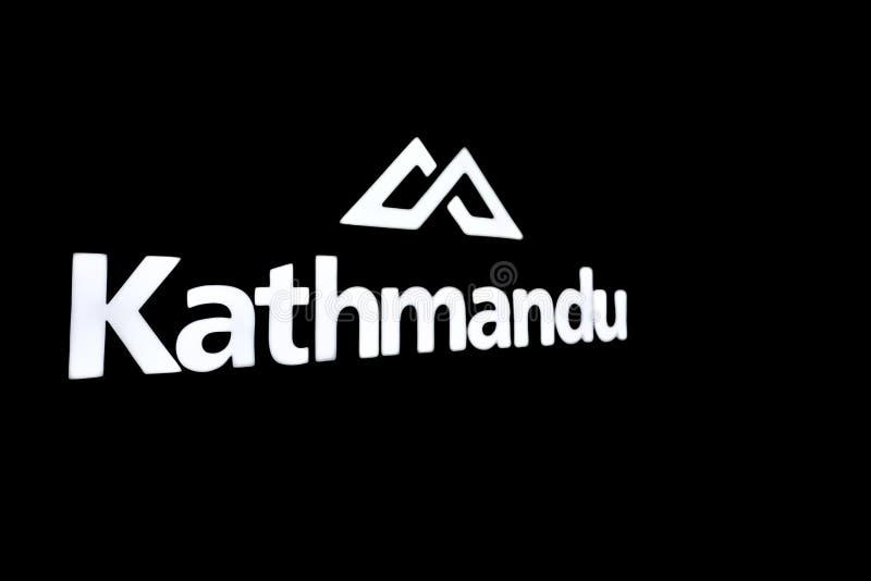 Openlucht en kamperende de opslagdetailhandelaar van Katmandu met geïsoleerd embleem in zwart-wit royalty-vrije stock foto's