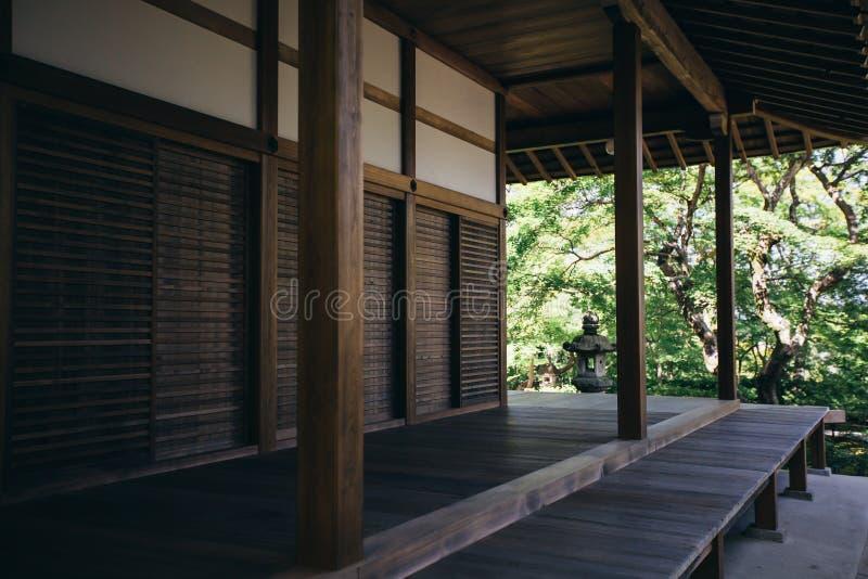 In openlucht gang traditionele Japanse houten gebouwen en tuinachtergrond royalty-vrije stock afbeeldingen