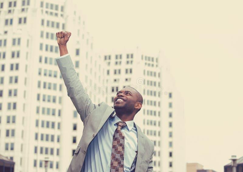 In openlucht geschoten van een jonge succesvolle zakenman royalty-vrije stock foto
