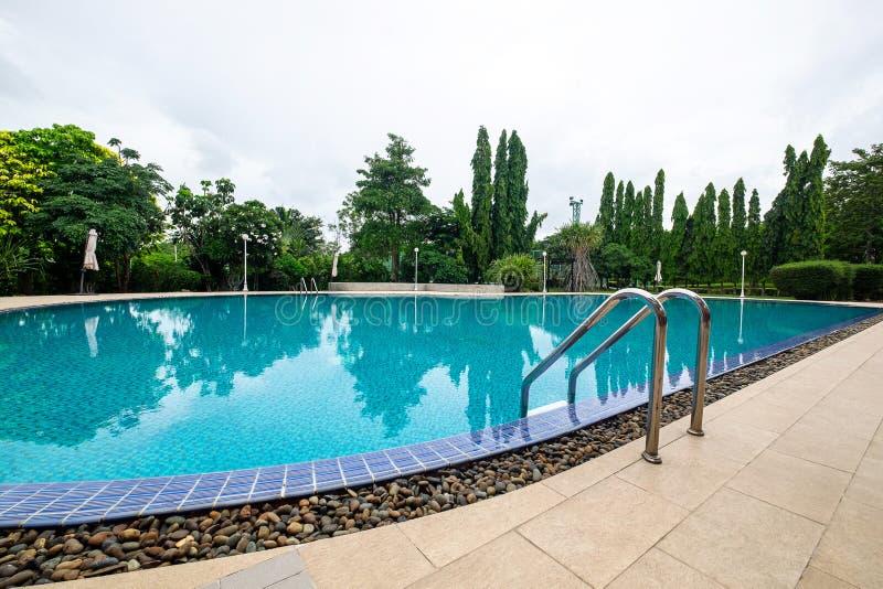 Openlucht Groot Mooi Zwembad in het Park royalty-vrije stock afbeeldingen