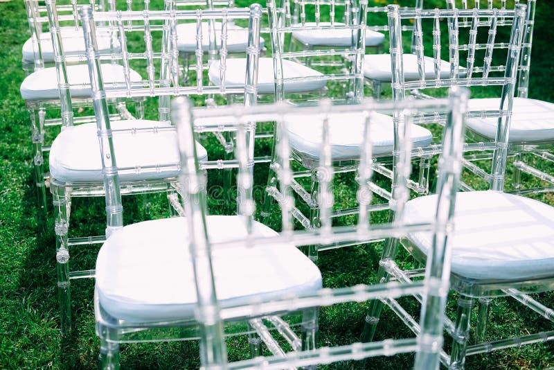Openlucht huwelijksceremonie Ontvangstgebied met stoelen voor gasten royalty-vrije stock foto's
