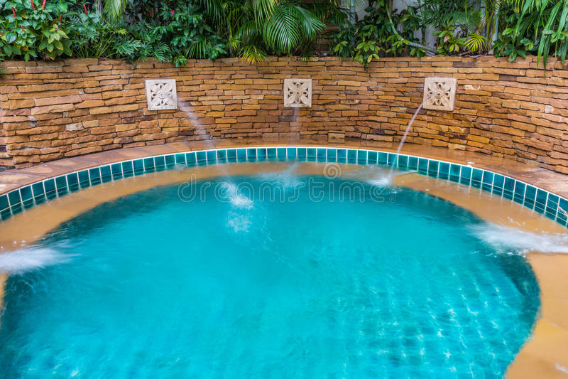 Openlucht ingebouwde jets spa pool stock afbeelding