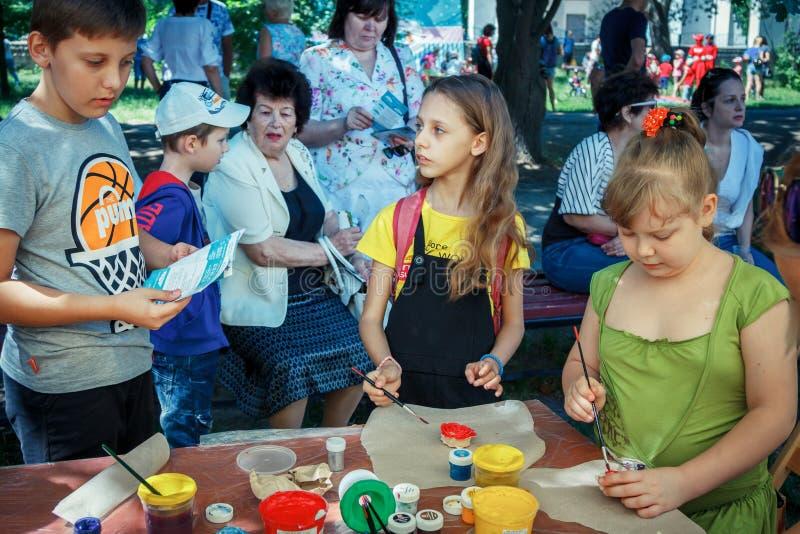In openlucht kinderenactiviteit op het festival van de liefdadigheidsfamilie royalty-vrije stock foto