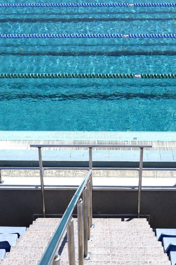 Openlucht leeg zwembad stock fotografie