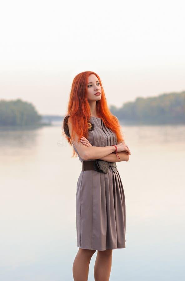 In openlucht mede portret van mooie zekere vrouw met rood haar, royalty-vrije stock foto's