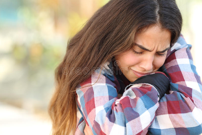 In openlucht ongerust gemaakt en droevig tienermeisje stock foto