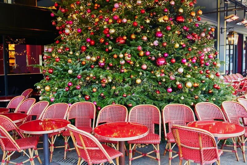 Openlucht Parijse koffie met mooie Kerstboom stock foto's