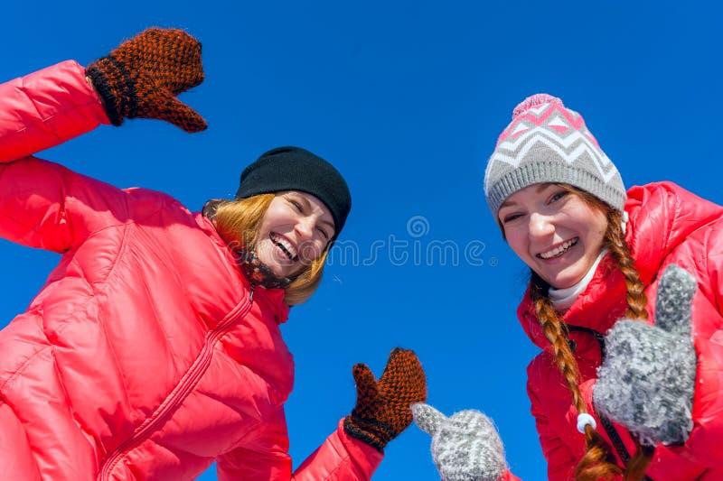 Openlucht Portret Het jonge gelukkige meisje twee spelen in de sneeuw in Th stock afbeelding