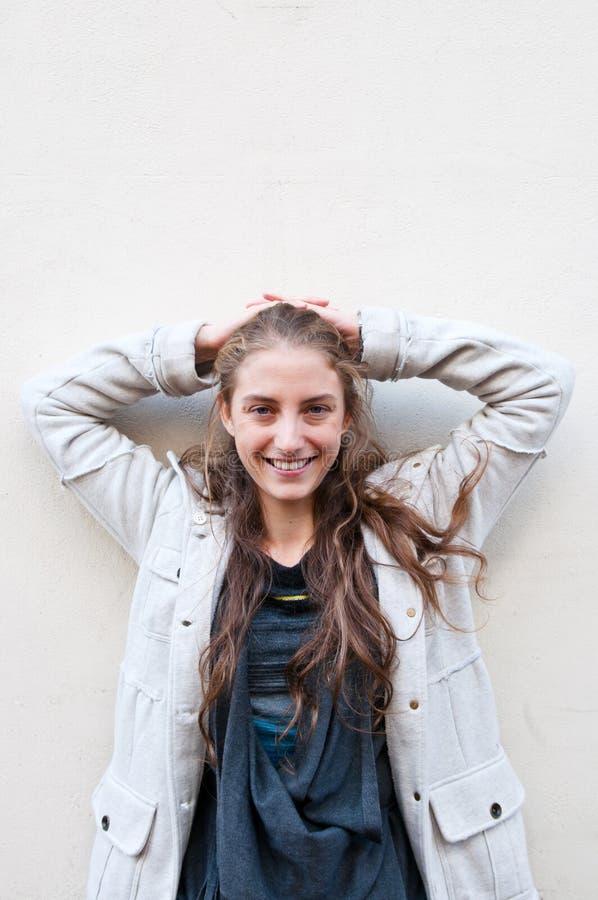 Openlucht portret jonge vrouw stock afbeelding