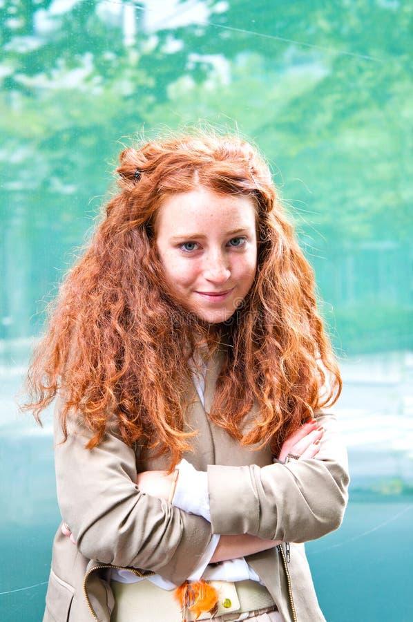 Openlucht portret jonge vrouw royalty-vrije stock foto