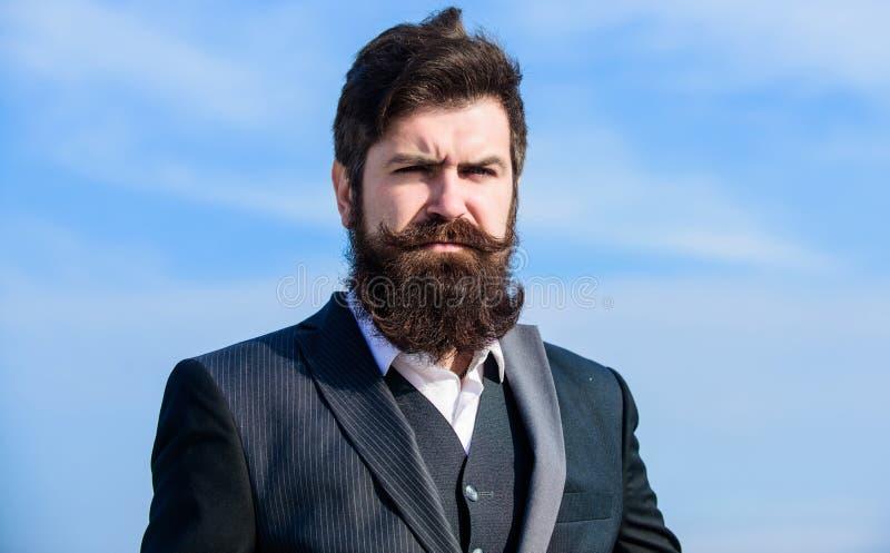 Openlucht Portret Toekomstig succes Mannelijk formeel manierportret Rijpe hipster met baard Brutale Kaukasische hipster met stock afbeeldingen