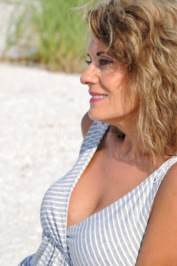 Openlucht Portret van Aantrekkelijke Vrouw royalty-vrije stock fotografie