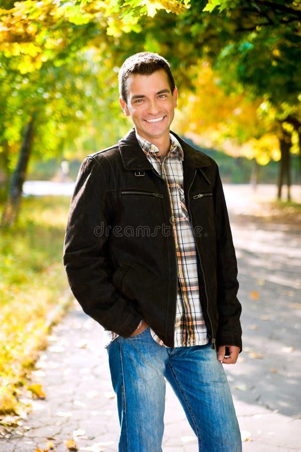 In openlucht portret van de gelukkige jonge mens royalty-vrije stock afbeeldingen