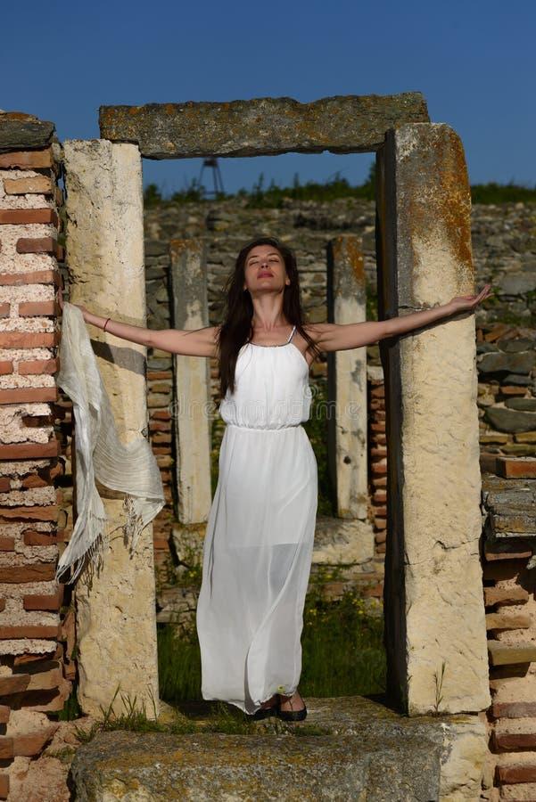 Openlucht portret van een jonge vrouw royalty-vrije stock foto's