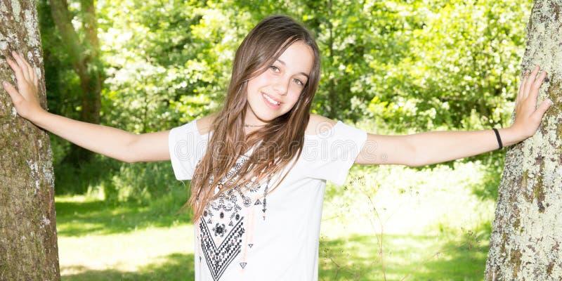 In openlucht portret van mooi jong Kaukasisch donkerbruin meisje in wit overhemd stock afbeeldingen