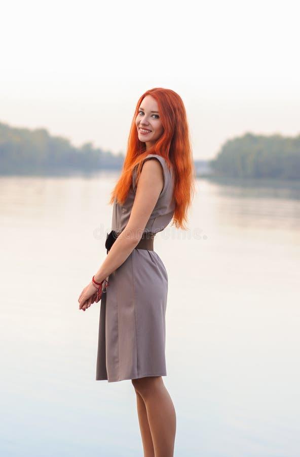 In openlucht portret van mooie glimlachende vrouw met rood haar, colo royalty-vrije stock foto's