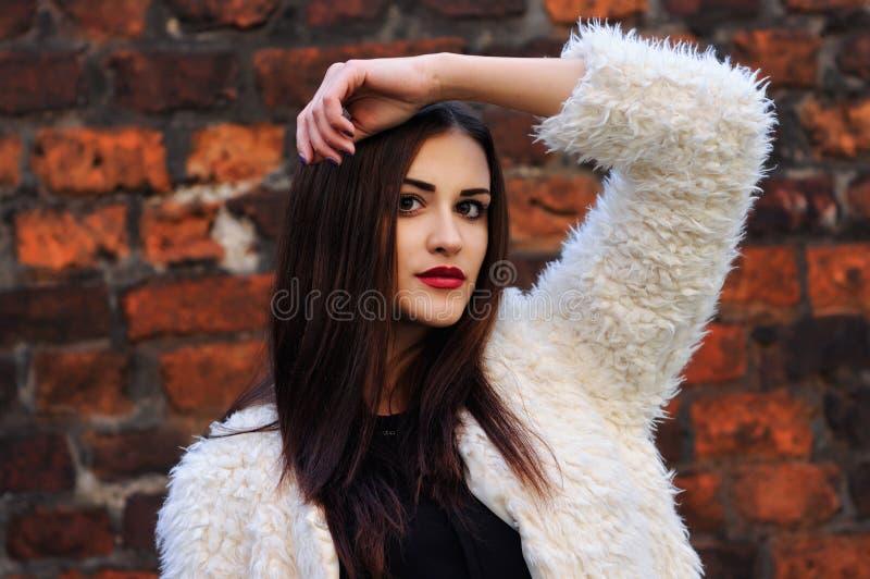 In openlucht portret van mooie jonge vrouw met grote ogen en rood royalty-vrije stock foto's