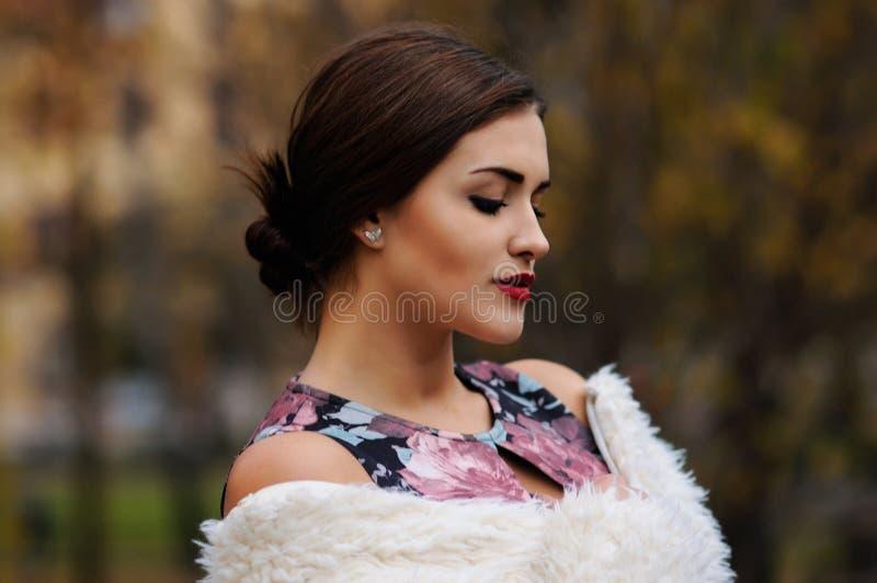 In openlucht portret van mooie jonge vrouw met grote ogen en rood royalty-vrije stock afbeeldingen
