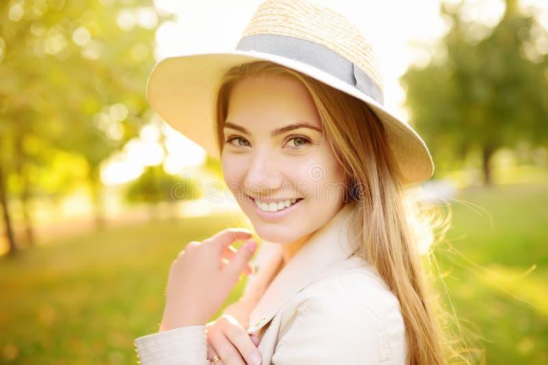 In openlucht portret van verrukkelijke jonge vrouw Charmante Kaukasische meisjeswandeling in zonnige dag stock foto's