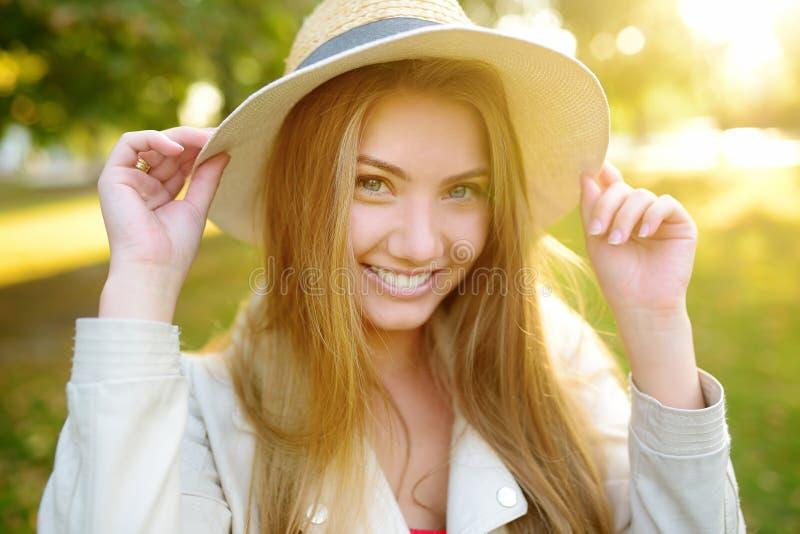 In openlucht portret van verrukkelijke jonge vrouw Charmante Kaukasische meisjeswandeling in zonnige dag royalty-vrije stock fotografie
