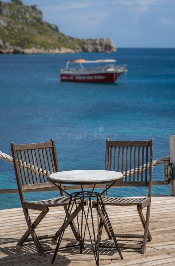 Openlucht restaurantlijst in Griekenland stock fotografie
